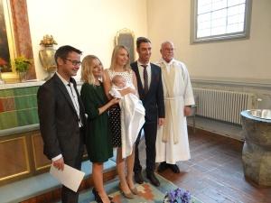 Preotul Claesson, părinţii, copilul şi naşii după ceremonie.