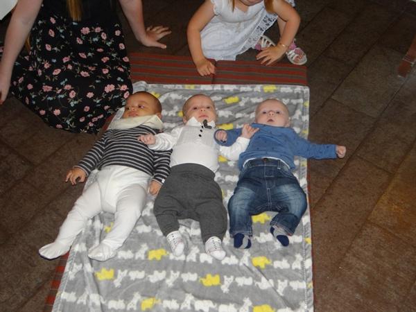 Noah este cel din mijloc, alături de doi verişori recent apăruţi şi ei!