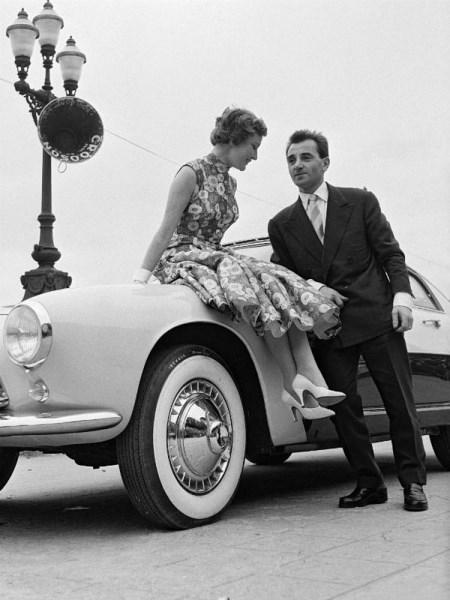 charles-aznavour-et-sa-femme-au-concours-d-elegance-automobile (450 x 600)