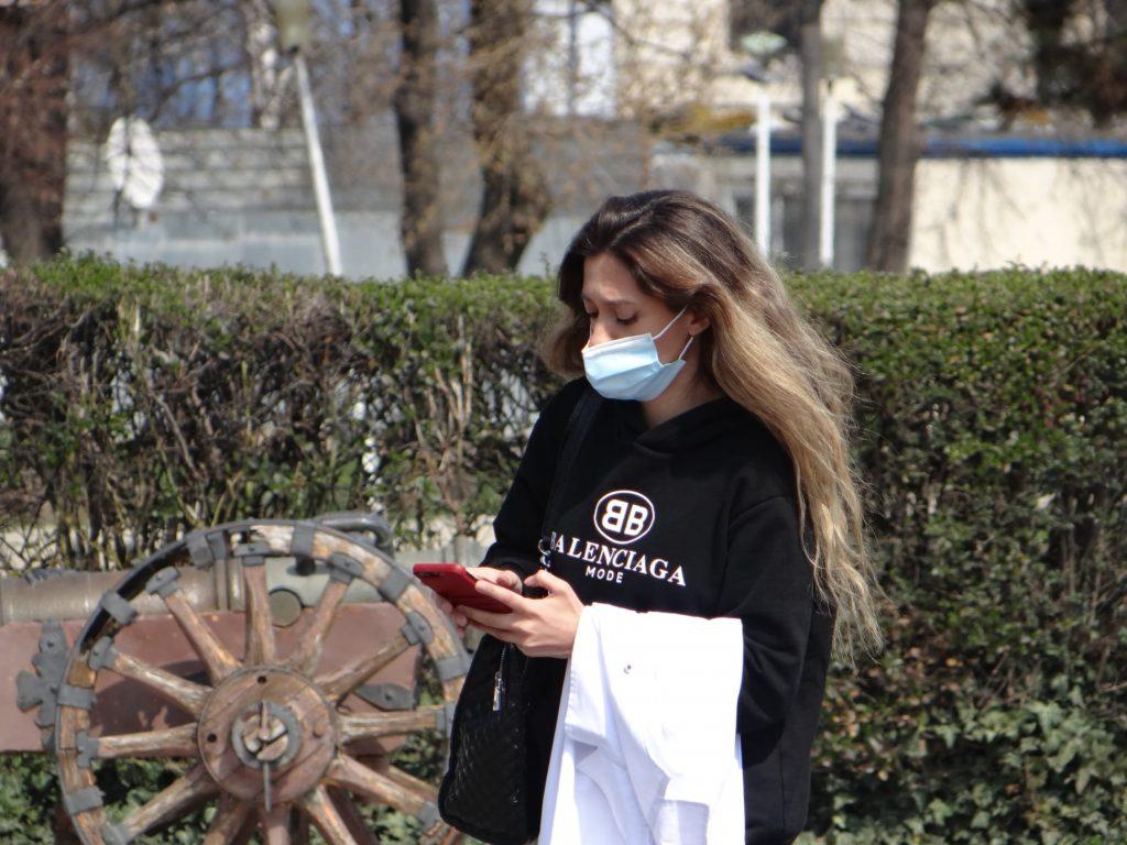 De ce oamenii încă poartă mască în aer liber în România, în ciuda relaxărilor