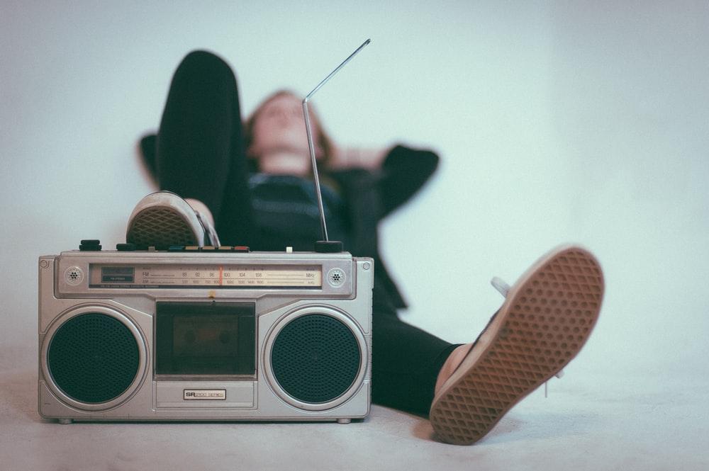 Mai țineți minte vremea când DJ-ii de radio liberi și radiourile aveau identitate?!